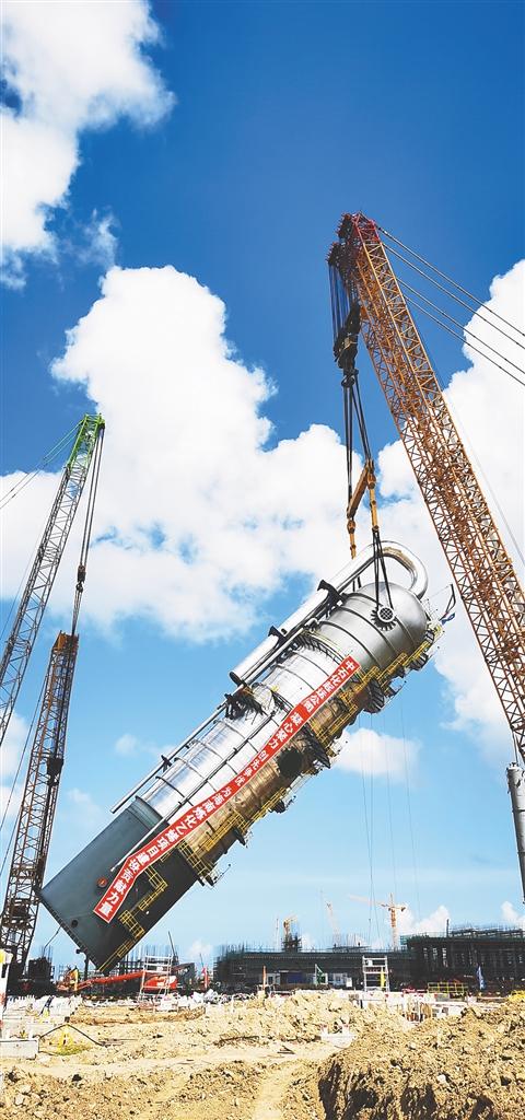 海南炼化百万吨乙烯项目急冷水塔完成吊装