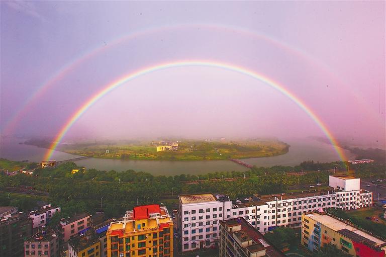 暴雨过后,海口上空出现了双彩虹美景