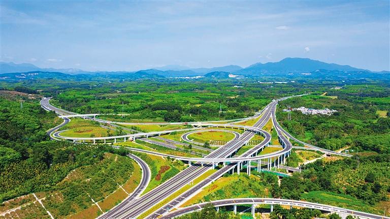 俯瞰万洋高速和海南中线高速交汇处的岭门互通