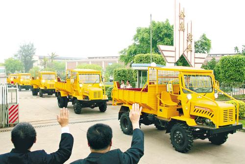 首批海南金鹿工农16k4轮驱动拖拉机出口老挝