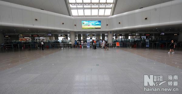 """海口美兰机场因台风""""康森""""取消11趟航班"""