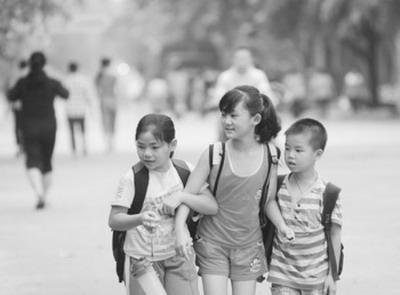 经济日报:海南琼海市嘉积镇的孩子走在上学路